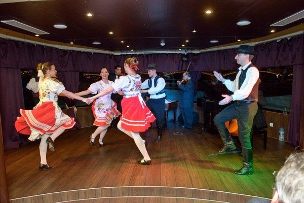 Dinner Cruise with Operetta and Folk Show